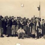 Gruppo sulla neve con ragazze in costume tambrese