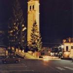 La piazza di notte. Da notare che c'e' ancora il muretto dal campanile al Bar Sport