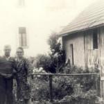Orto e officina - fabbro con la moglie (a sinistra) e un'ospite
